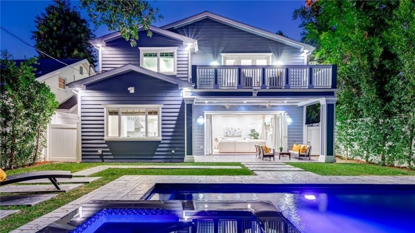 Celebrity Dining: The five-bedroom home that singer Ne-Yo owned has nearly 4,600 square feet of living space.