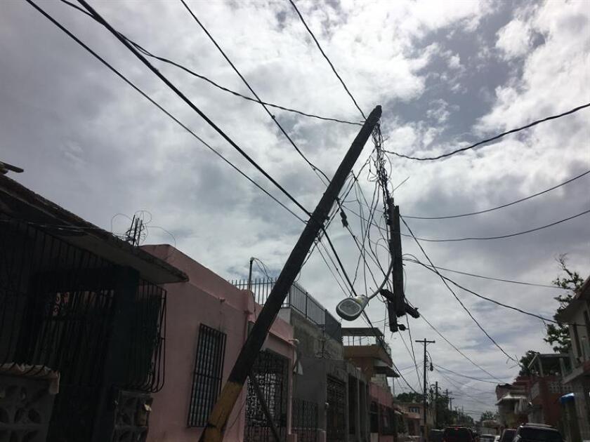 Un poste y cables de electricidad afectados por le paso del huracán María por Puerto Rico se observan todavía averiados. EFE/Archivo