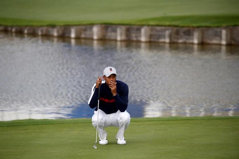 """El estadounidense Tiger Woods en el segundo """"green"""" durante la modalidad de cuatro bolas de la Ryder Cup 2018 que se celebra en Le Golf National en Saint Quyentin-en-Yvelines (Francia). EFE/Archivo"""