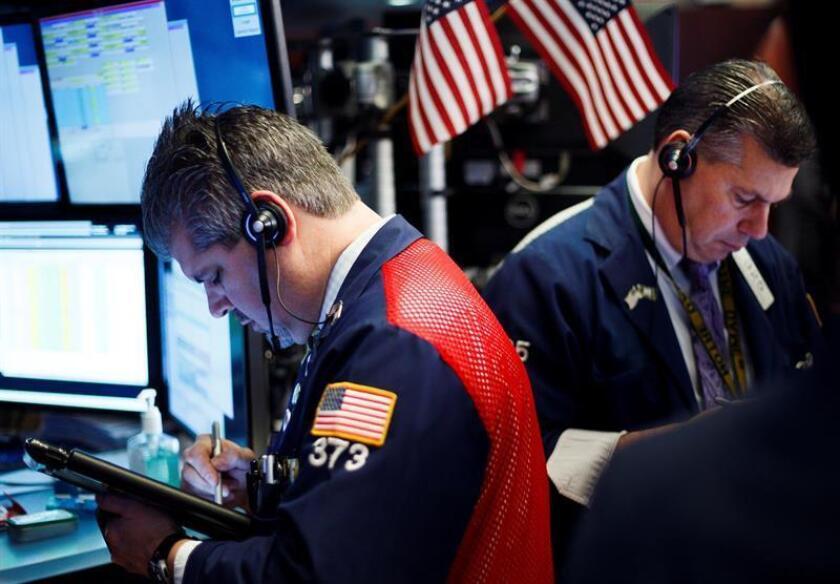 Agentes de bolsa trabajan en el inicio de la jornada en la Bolsa de Nueva York (Estados Unidos). EFE