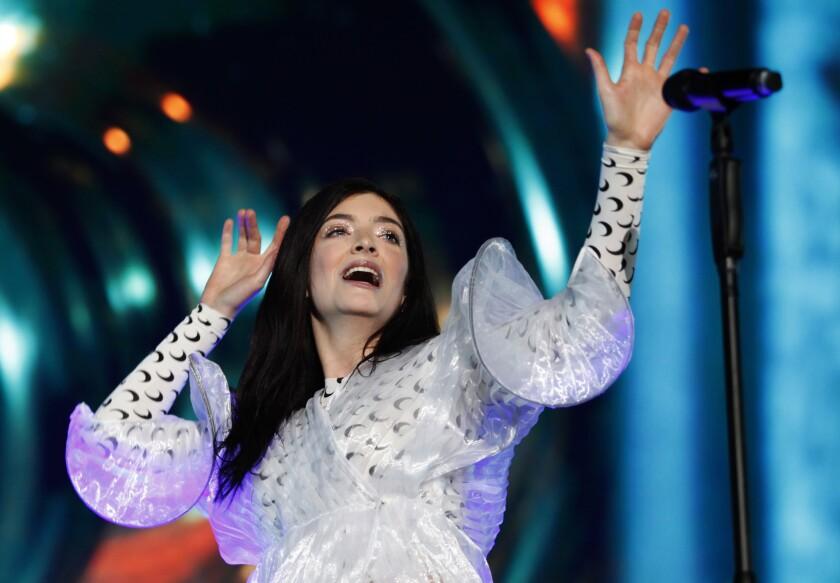 La cantante neozelandesa Lorde actúa durante su concierto en el Festival de Música de México