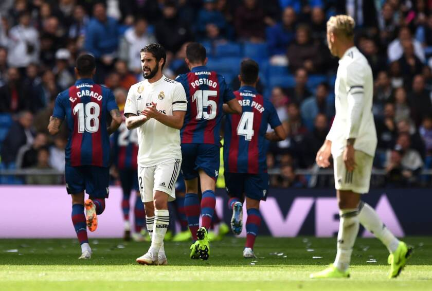 Isco (c) se lamenta tras consumarse la nueva caída del Real Madrid.