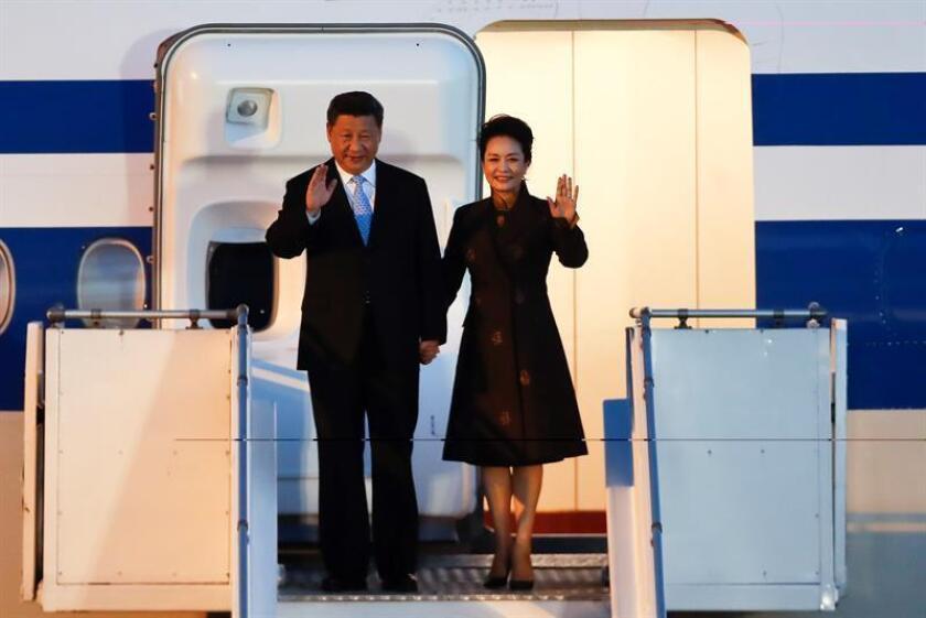 El presidente de la República Popular de China, Xi Jinping (i), y su esposa Peng Liyuan (d), llegan para la cumbre del G20 hoy, jueves 29 de noviembre del 2018, al Aeropuerto Internacional de Ezeiza, en Buenos Aires (Argentina). EFE