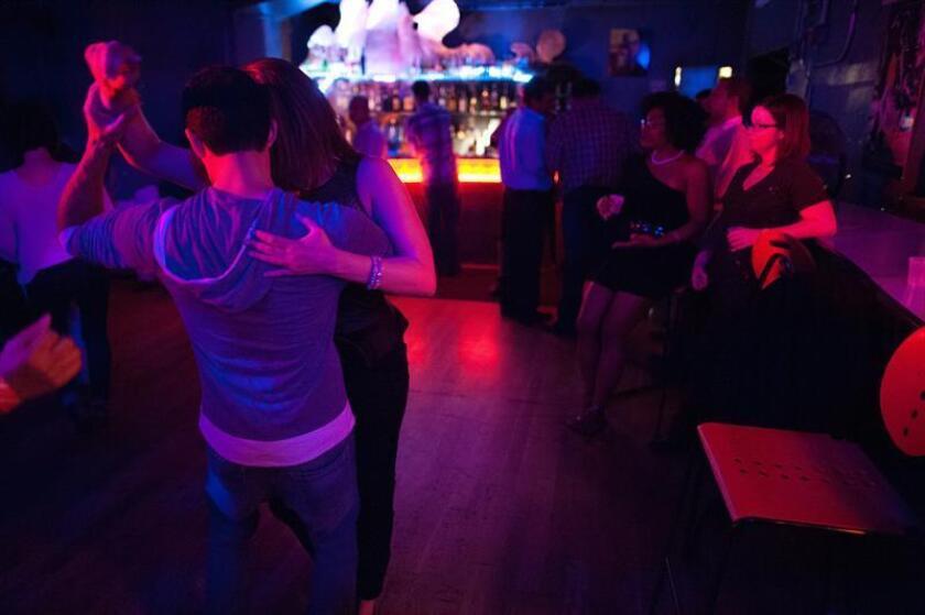 Un grupo de personas baila salsa. EFE/Archivo