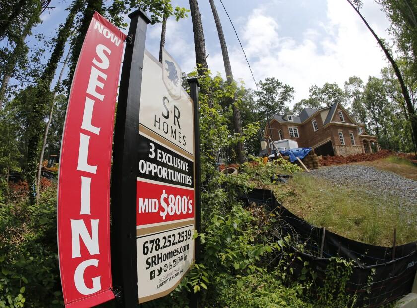 Letrero de una casa en venta que todavía están instruyendo en Roswell, Georgia, el 4 de junio de 2015.