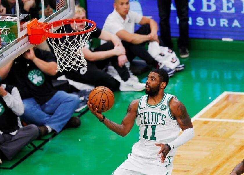 En la imagen un registro de Kyrie Irving, base de los Celtics de Boston, quien aportó 32 puntos en la victoria de su equipo 105-113 sobre los Hawks de Atlanta. EFE/Archivo