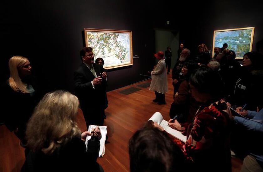 George Shackelford, subdirector, curador del Museo de Arte Kimbell (2i) durante una vista previa de la exposición de Monet: Los últimos años en el Museo de Young en Golden Gate Park en San Francisco, California, EE. UU., 13 de febrero de 2019. EFE