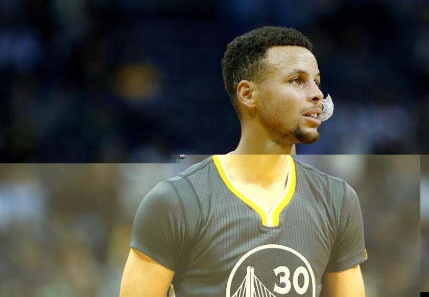 Stephen Curry de Golden State Warriors, durante un partido de la NBA. EFE/Archivo