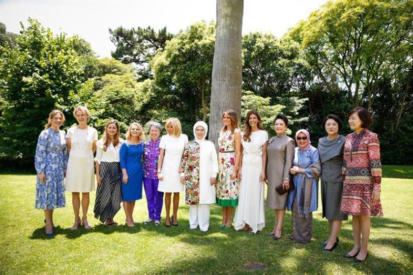 Fotografía cedida por la organización del G20 que muestra a las primeras damas mientras posan en una foto e familia hoy, antes del almuerzo que ha organizado la primera dama de Argentina, Juliana Awada, en Villa Ocampo, ubicada al norte de Buenos Aires (Argentina). EFE/G20