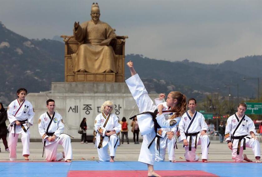 Un grupo de participantes de taekwondo provenientes de Estados Unidos demuestra sus habilidades el jueves 25 de abril de 2013, en la plaza Gwanghwamun en Seúl (Corea del Sur). EFE/Archivo