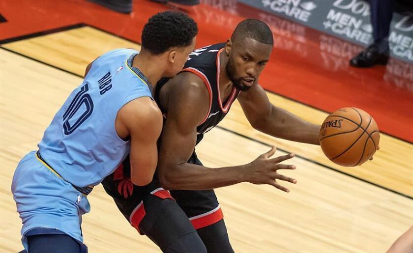 Ivan Rabb (i), de los Grizzlies de Memphis, fue registrado este sábado al intenta detener un avance de Serge Ibaka, de los Raptors de Toronto, durante un partido de la NBA, en Toronto (Canadá). EFE