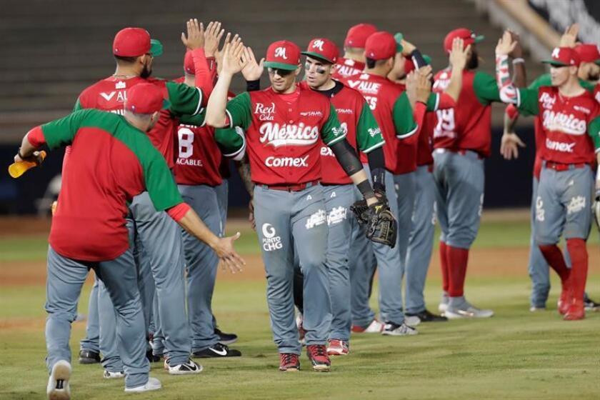 Jugadores de México celebran al vencer a Cuba este jueves, durante un partido de la Serie del Caribe entre Leñadores de la Tunas de Cuba y Charros de Jalisco de México en el estadio Nacional Rod Carew en Ciudad de Panamá (Panamá). EFE