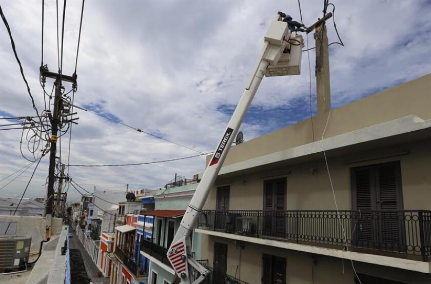El director ejecutivo interino de la Autoridad de Energía Eléctrica (AEE), Justo González, informó hoy que 931.132 clientes (63,5 %) ya cuentan con servicio eléctrico y que la capacidad de generación alcanzó el 84,5 % tras los trabajos de reparación del sistema a casi cuatro meses del huracán María. EFE/Archivo
