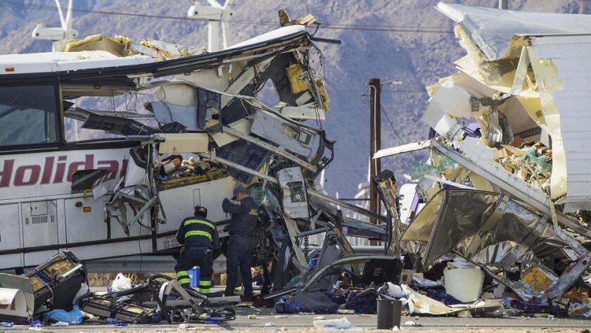 """""""En 35 años, nunca había visto un accidente de tráfico que dejara 13 muertos confirmados"""", dijo Jim Abele, oficial de la Patrulla de Caminos de la división fronteriza. """"Es difícil… nunca te acabas de acostumbrar a este tipo de accidentes"""". (Gina Ferazzi / Los Angeles Times)"""