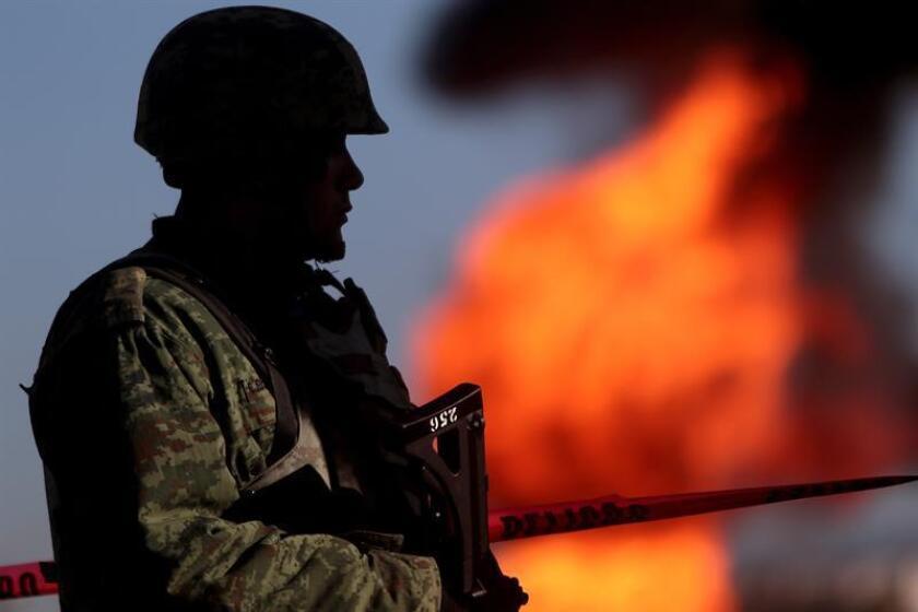 Las autoridades mexicanas trabajan para apagar el incendio de un ducto de combustible en el municipio de Huauchinango, en el céntrico estado de Puebla, un suceso que de momento no ha dejado víctimas, informó Protección Civil estatal. EFE/Archivo