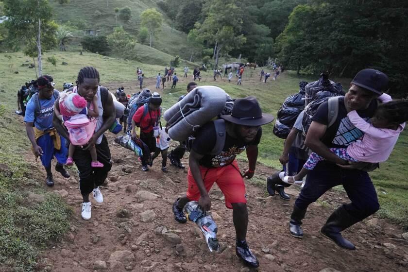 Un grupo de migrantes avanza hacia el norte el miércoles 15 de septiembre de 2021, cerca de Acandí, Colombia. (AP Foto/Fernando Vergara)
