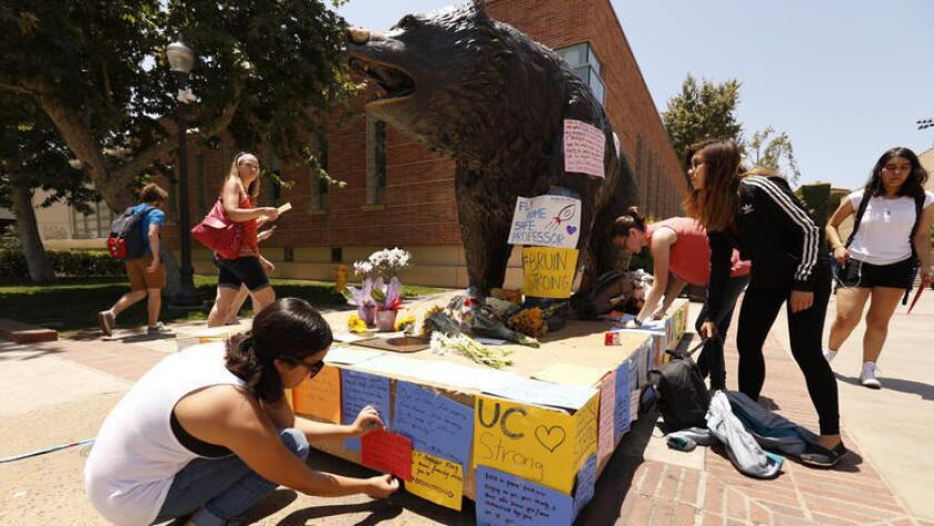 Estudiantes escriben y colocan notas en el llamado 'Bruin Walk', de UCLA, el jueves, un día después del tiroteo fatal en el campus (Al Seib / Los Angeles Times).