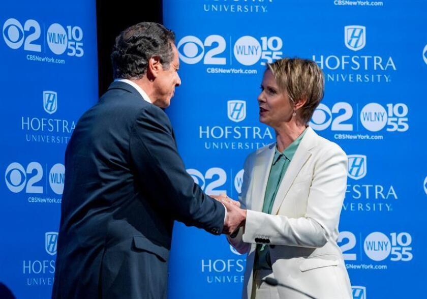 El gobernador del estado de Nueva York, Andrew Cuomo (i), participa durante un debate demócrata primario con la candidata demócrata Cynthia Nixon (d) hoy, miércoles 29 de agosto de 2018, en la Universidad Hofstra de Hempstead, Nueva York (EE.UU.). EFE/POOL