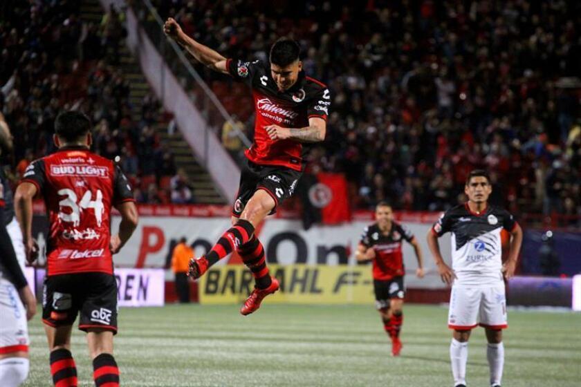 El jugador de Xolos Luis Ángel Mendoza (c) celebra un gol en el estadio Caliente en la ciudad de Tijuana (México). EFE