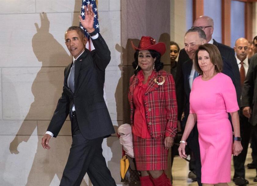 El presidente, Barack Obama, visitó hoy el Congreso para pedir a los legisladores demócratas firmeza contra los esfuerzos republicanos para derogar su reforma sanitaria, que incluirán acciones ejecutivas de su sucesor, Donald Trump, desde su primer día en la Casa Blanca, el 20 de enero. EFE