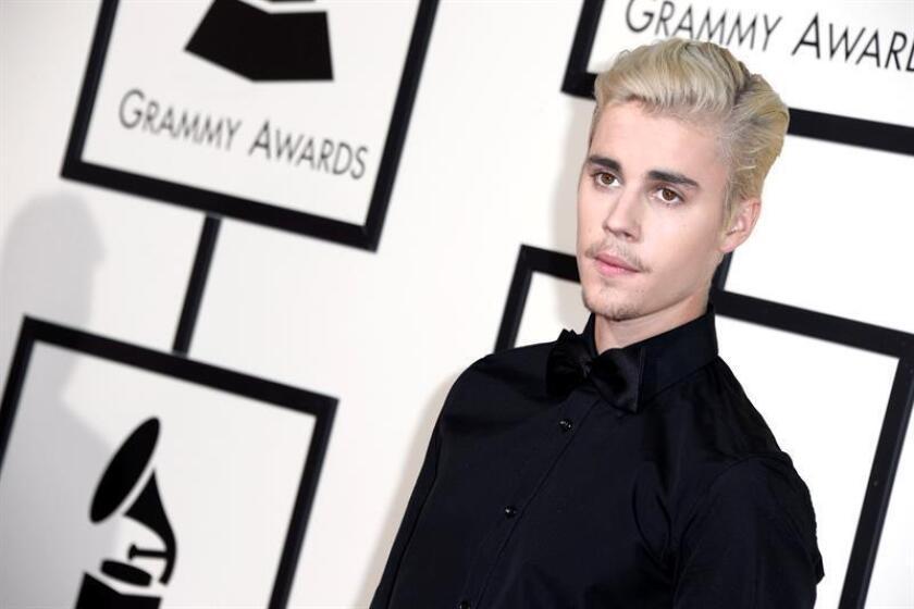 Justin Bieber posa a su llegada para la ceremonia de entrega de los 58 premios Grammy en el Staples Center de Los Ángeles, California (EE.UU.). EFE/Archivo