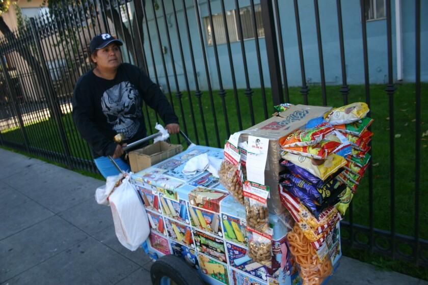 """Blanca Pérez todavía tiene el sabor amargo de haberse librado de la deportación. En el 2011, la policía la detuvo en el Valle de San Fernando por vender paletas cerca de una escuela. Al llegar a un centro de detención del Condado inició su calvario. """"Siempre que salgo ando con ese miedo"""", asegura la comerciante mexicana."""