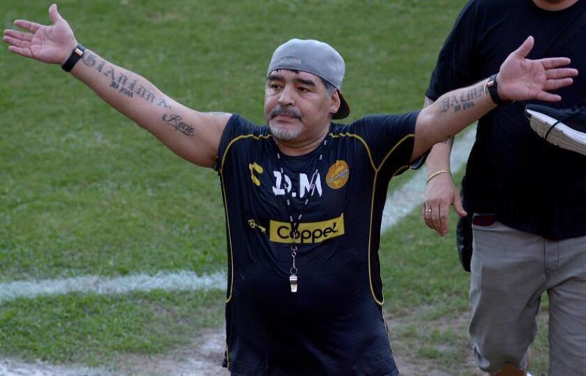 El técnico argentino Diego Armando Maradona (c) saluda a la afición al término de una sesión de entrenamiento en la ciudad de Culiacán, Sinaloa (México). EFE/Archivo