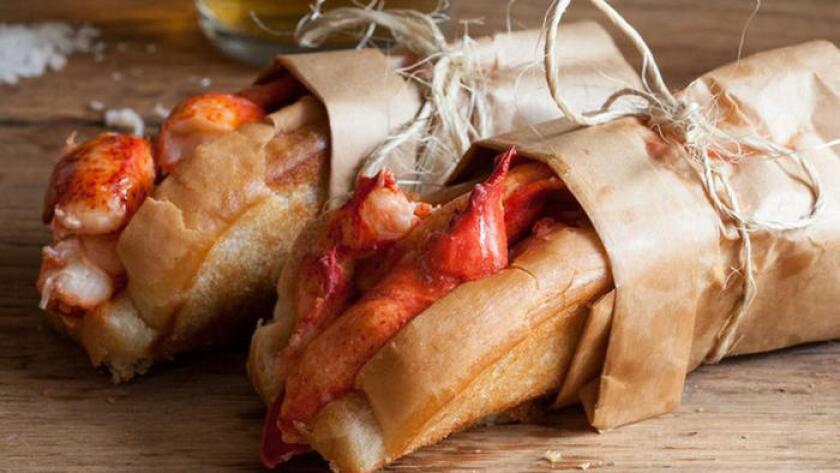 Los bollos rellenos de langosta de Cousins Maine Lobster. ()