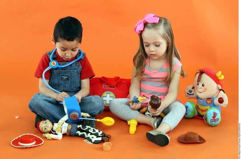 """Por tradición se ha establecido cuáles son los juguetes """"apropiados"""" para cada quien, pero los niños buscan representar su realidad a través de ellos, es decir, su interacción con su papá, mamá y hermanos."""