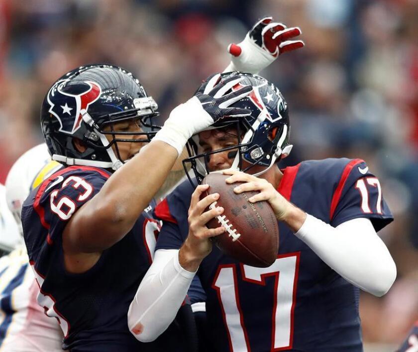 El mariscal de campo de Houston Texts Brock Osweiler (dcha) celebra un touchdown con su compañero de equipo Kendall Lamm (izda) en un partido de la NFL en Houston, Texas. EFE/Archivo