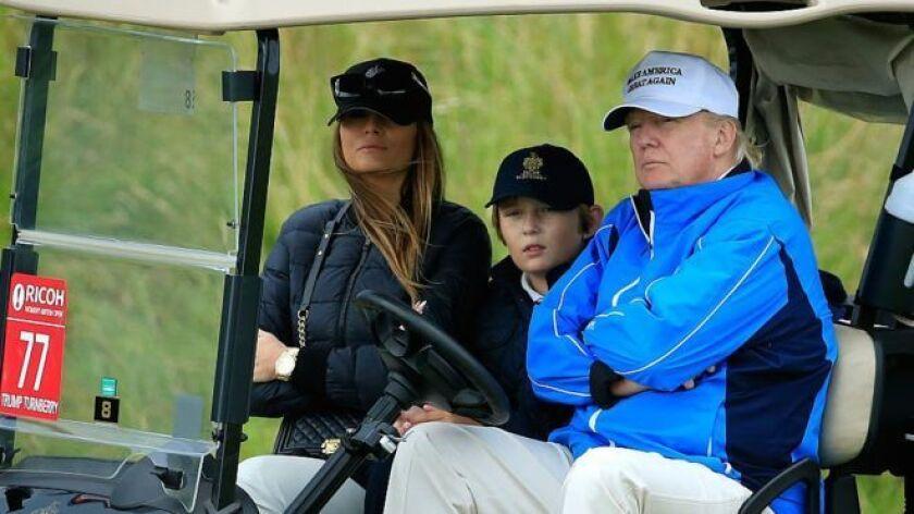 Barron, aquí fotografiado entre sus padres, juega al golf con Donald Trump.