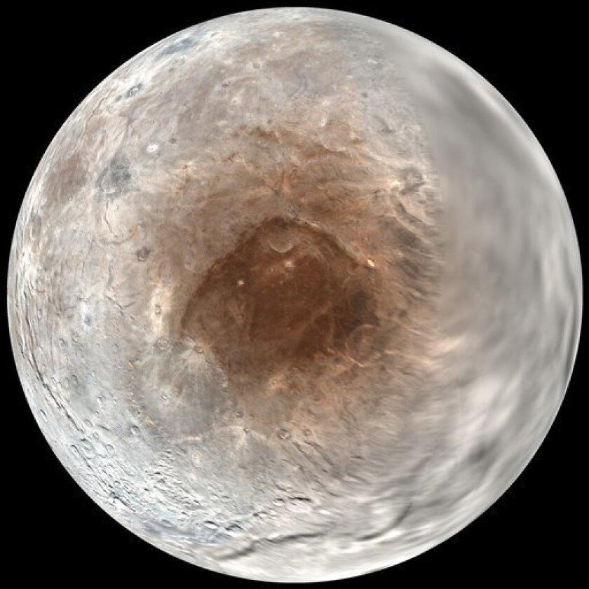 """Esta imagen provista por el Laboratorio de Física Aplicada/Instituto de Investigación Southwest de la NASA/Universidad Johns Hopkins, el miércoles 14 de septiembre del 2016, muestra a Charon, la luna de Plutón, en un mosaico de fotos tomadas por la nave espacial New Horizons del 7 al 14 de julio del 2016. Un nuevo estudio revela que Plutón está """"pintando como con aerosol"""" los polos rojos de su gran luna Charon. La pintura, en realidad, es la atmósfera que siempre escapa de Plutón."""