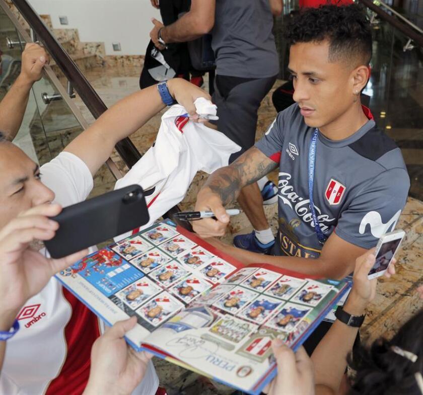 El jugador peruano Yoshimar Yotún firma autógrafos a sus seguidores. EFE/Archivo