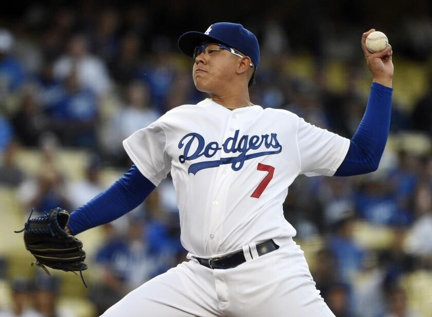 El abridor de los Dodgers de Los Angeles Julio Urías lanza durante el primer inning del juego que enfrentó a su equipo con los Rockies de Colorado, en Los Angeles, el 7 de junio de 2016.