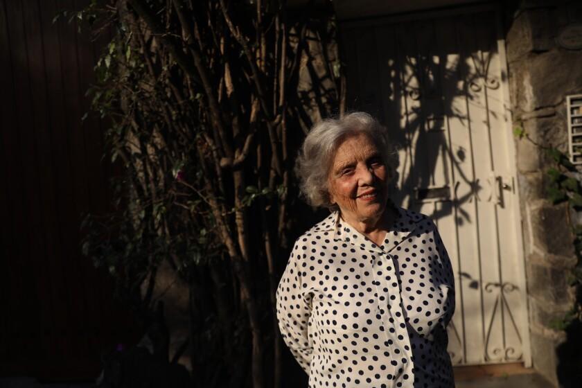 La escritora mexicana Elena Poniatowska posa en su casa el 19 de febrero de 2020