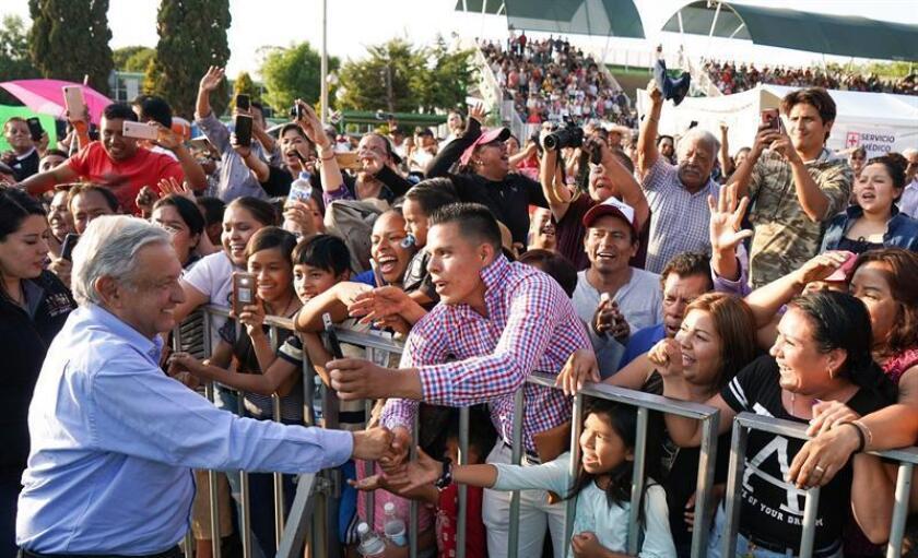 Fotografía cedida este viernes por la Presidencia de México que muestra a su presidente, Andrés Manuel López Obrador (izq), a su llegada a un acto protocolario en la ciudad de León, en el estado de Guanajuato (México). EFE/Presidencia de México/SOLO USO EDITORIAL