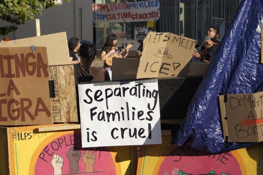 Vista de carteles en contra de la orden ejecutiva del presidente Trump sobre inmigración pegados en unas tiendas de campaña. EFE/Archivo