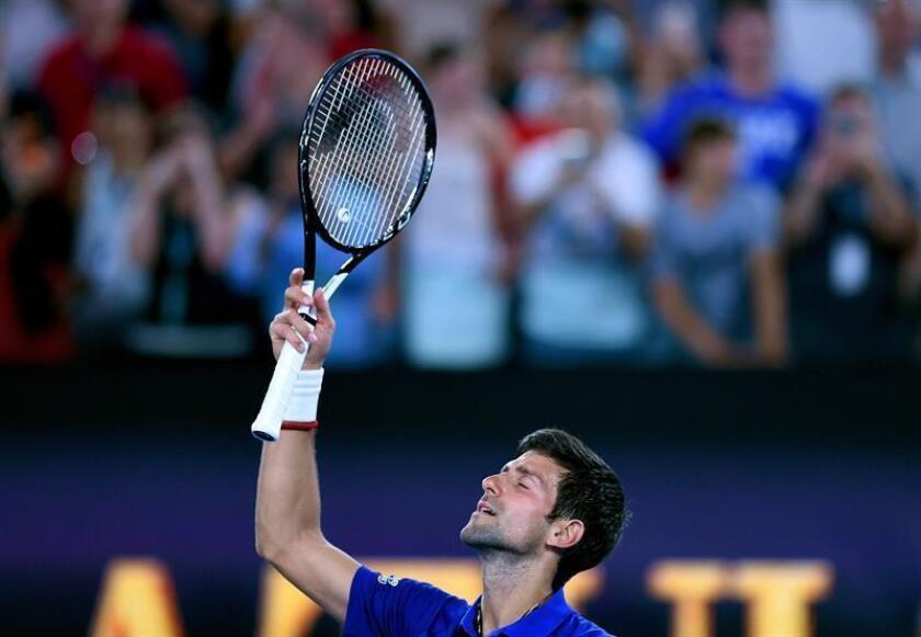 El tenista serbio Novak Djokovic celebra tras vencer al estadounidense Mitchell Krueger en su partido de primera ronda del Abierto de Australia de tenis en Melbourne, hoy, 15 de enero de 2019. EFE