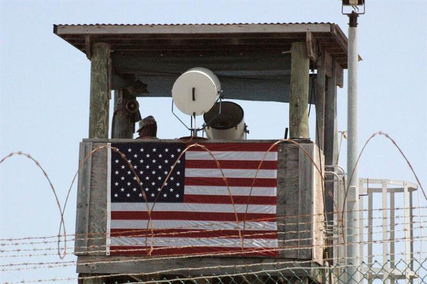 Imagen facilitada por el ejercito estadounidense que muestra a un oficial en la torreta de vigilancia del campo número cuatro de las instalaciones de detención de la base militar estadounidense de la bahía de Guantánamo. EFE/Archivo ****Imagen revisada por el Ejército estadounidense antes de su transmisión****