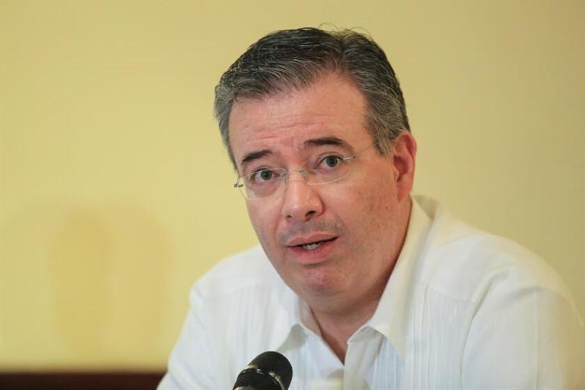 El gobernador del Banco de México, Alejandro Díaz de León, habla hoy viernes, en una conferencia prensa en el marco de la 82 convención bancaria en el puerto de Acapulco. EFE