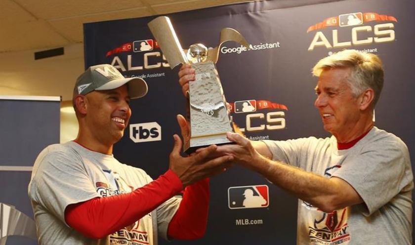El manager general de los Medias Rojas de Boston, Dave Dombrowski (d), y el gerente Alex Cora (i) celebran con el Trofeo de Campeonato de la Liga Americana durante una ceremonia el jueves 18 de octubre de 2018, luego de un juego de la MLB, entre los Astros de Houston y los Medias Rojas de Boston, en el Minute Maid Park de Houston (EE.UU.). EFE