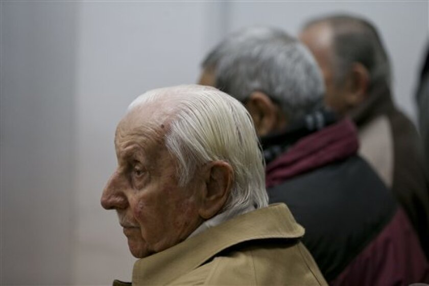 Omar Graffigna, jefe de la fuerza aérea durante la dictadura militar argentina, asiste a su juicio por secuestros y violaciones, en Buenos Aires, Argentina, jueves 8 de septiembre de 2016. Graffigna fue condenado a 25 años de prisión por el secuestro y desaparición de activistas durante la dictadura de 1976-83.