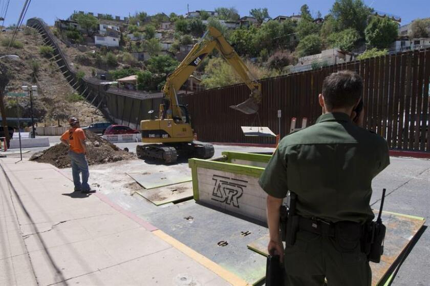 La Patrulla Fronteriza anunció hoy el comienzo de las obras para reemplazar una valla de 20 millas (32 kilómetros) cerca del cruce fronterizo de Santa Teresa, en el estado de Nuevo México y en el límite con México. EFE/Archivo