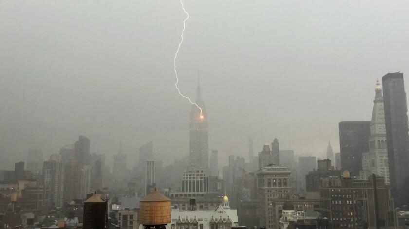 Imagen tomada de un video captado por Henrik Moltke el 25 de julio de 2016 donde se ve cuando un relámpago toca el edificio del Empire State, en Nueva York. (Henrik Moltke vía AP)