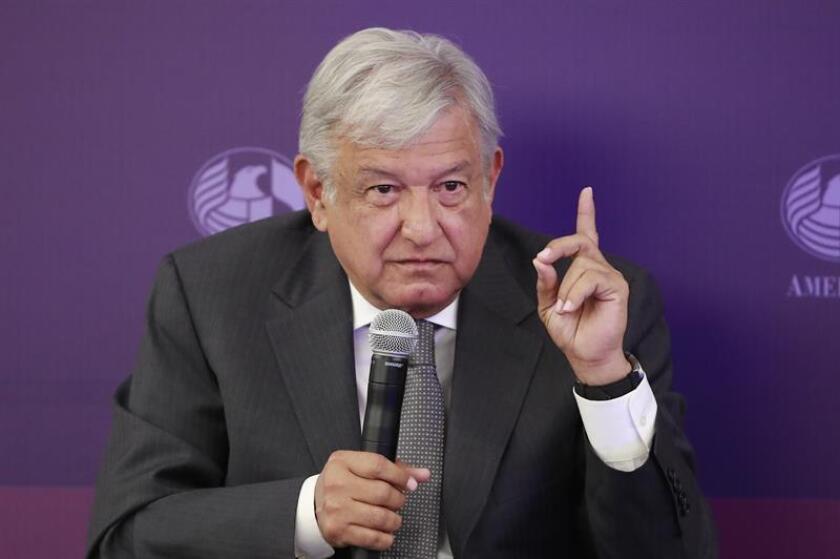 Empresarios mexicanos, con el magnate Carlos Slim al frente, coincidieron hoy en arreciar las criticas contra los peligros de las promesas del candidato presidencial Andrés Manuel López Obrador. EFE/ARCHIVO