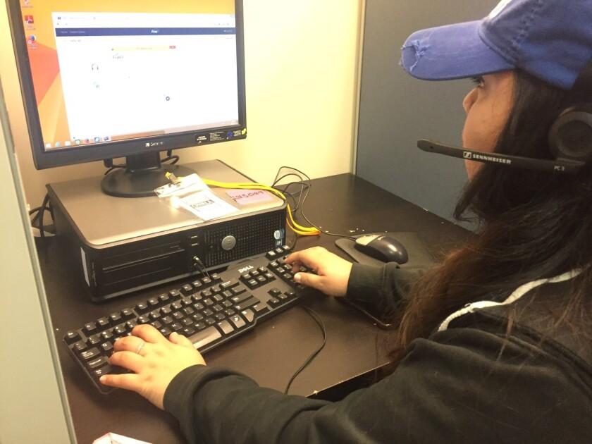 Raquel Cetz, originaria de Yucatán y estudiante de Cal State University of Northridge, trabaja y es voluntaria en la organización Chirla. Ella hace llamadas para animar a la gente a que salga a votar el próximo 8 de noviembre.