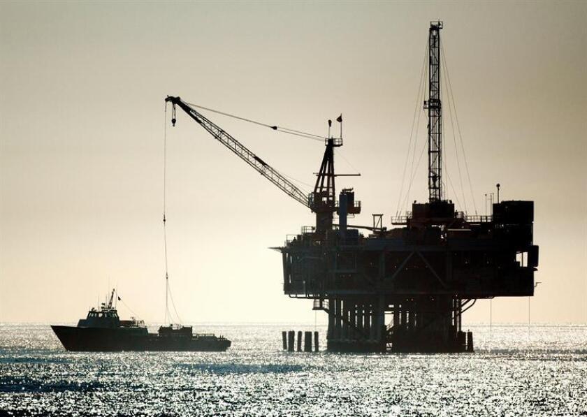 Fotografía de una plataforma de exploración petrolera en la línea costera en el oceáno Pacifíco, en Seal Beach (CA, EE.UU.). EFE/Archivo