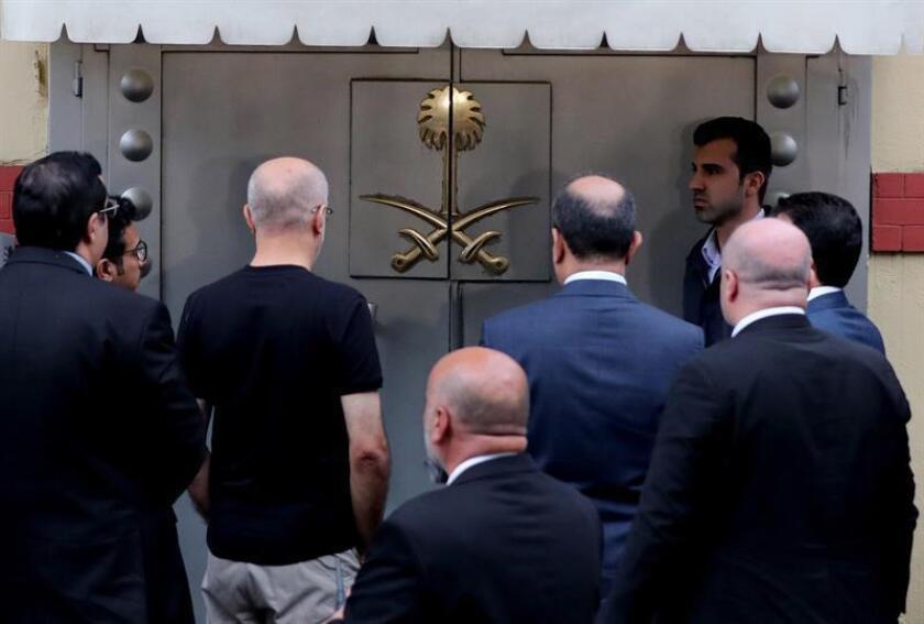Varios oficiales turcos y saudíes llegan al consulado saudí en Estambul (Turquía). EFE/Archivo