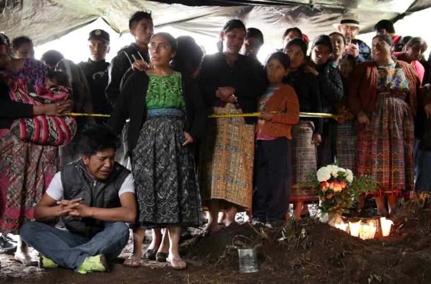 """En esta imagen del documental """"Finding Oscar"""" se muestra a los familiares de desaparecidos en Guatemala, mientras esperan la exhumación de sus seres queridos tras una masacre perpetradas por el ejército."""
