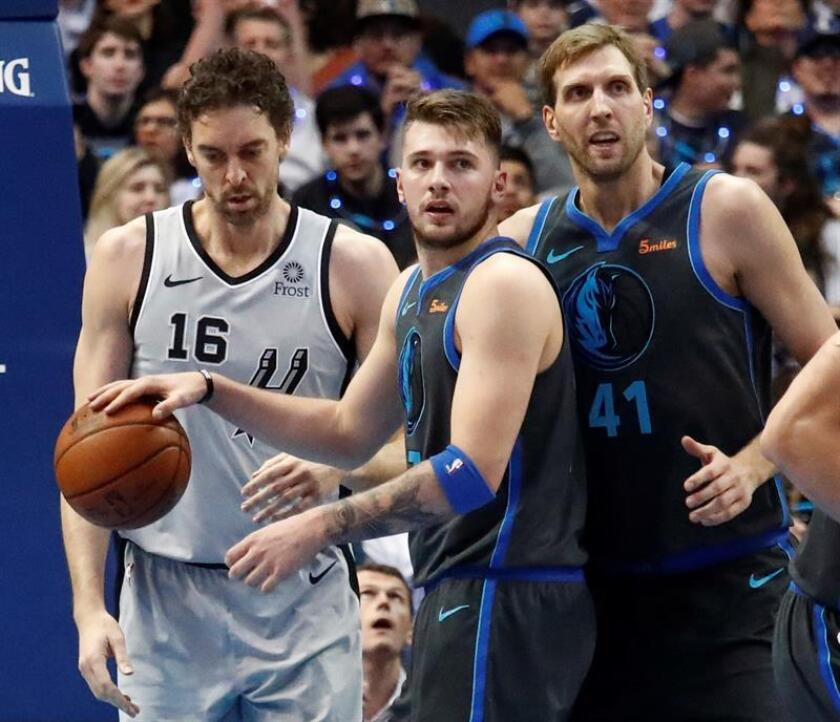 El jugador de San Antonio Spurs, Pau Gasol (i) de España, al lado de los jugadores de Dallas Mavericks, Luka Doncic (c) de Eslovenia y Dirk Nowitzki (d) de Alemania, durante un partido de NBA. EFE